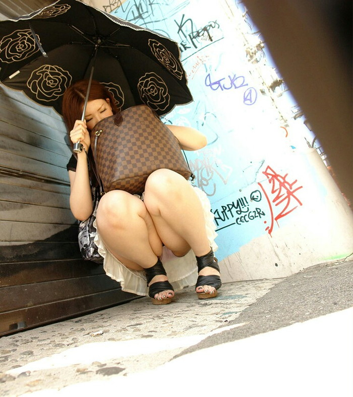 【パンチラエロ画像】パンチラシーンは様々!一期一会なパンチラシーン!w 15