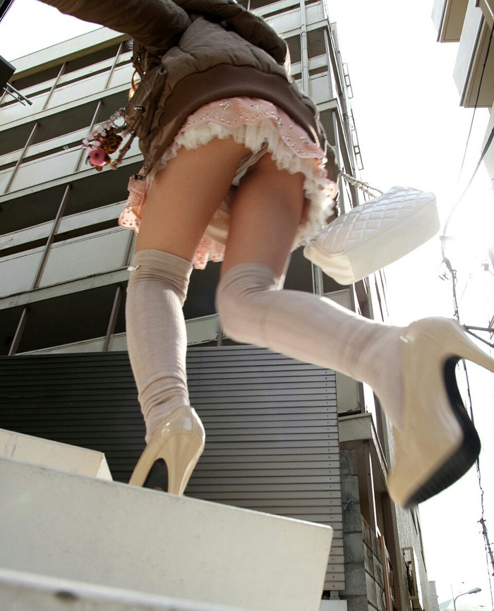 【パンチラエロ画像】街中でローアングルからパンチラ娘を狙い撃ち! 10