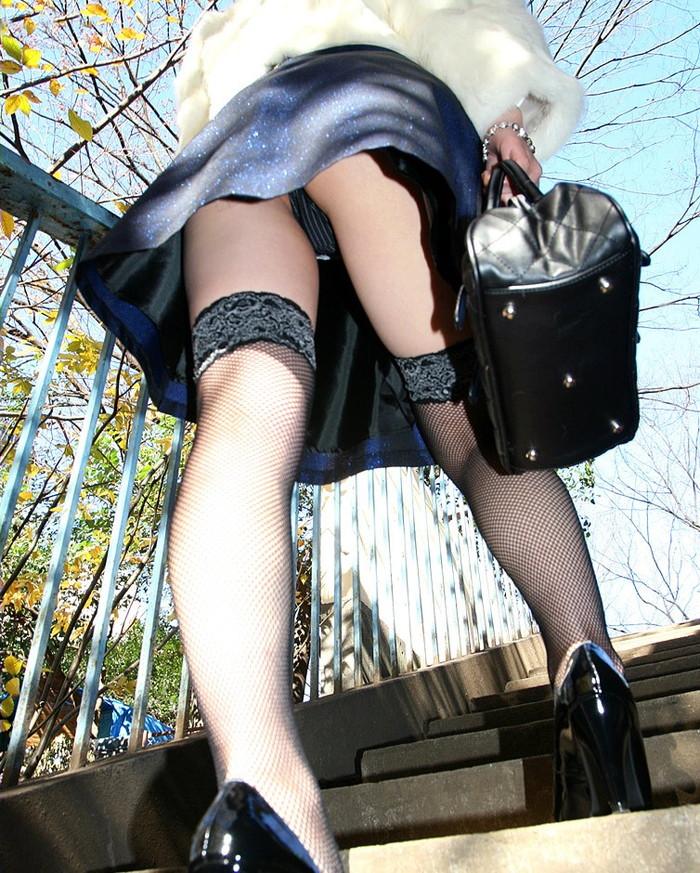 【パンチラエロ画像】街中でローアングルからパンチラ娘を狙い撃ち! 11