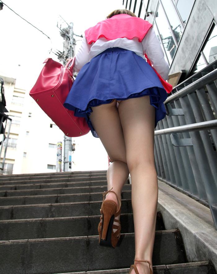【パンチラエロ画像】街中でローアングルからパンチラ娘を狙い撃ち! 15