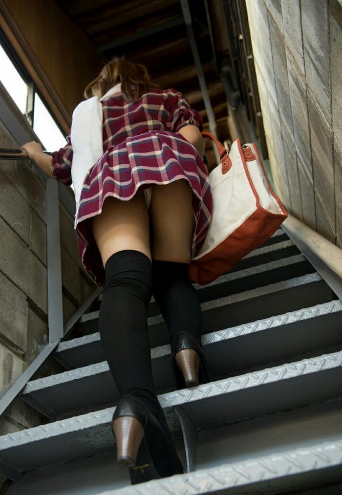 【パンチラエロ画像】街中でローアングルからパンチラ娘を狙い撃ち! 16