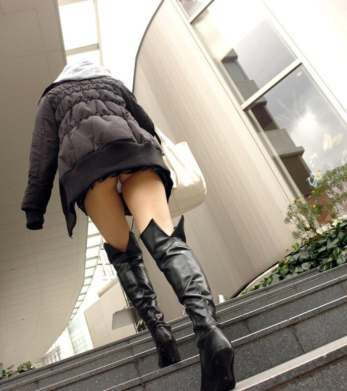 【パンチラエロ画像】街中でローアングルからパンチラ娘を狙い撃ち! 17