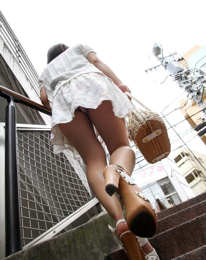 【パンチラエロ画像】街中でローアングルからパンチラ娘を狙い撃ち! 25