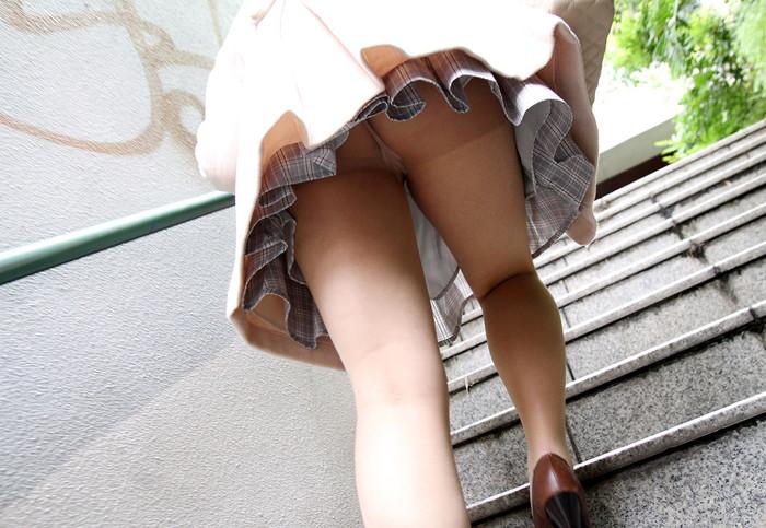 【パンチラエロ画像】街中でローアングルからパンチラ娘を狙い撃ち! 29
