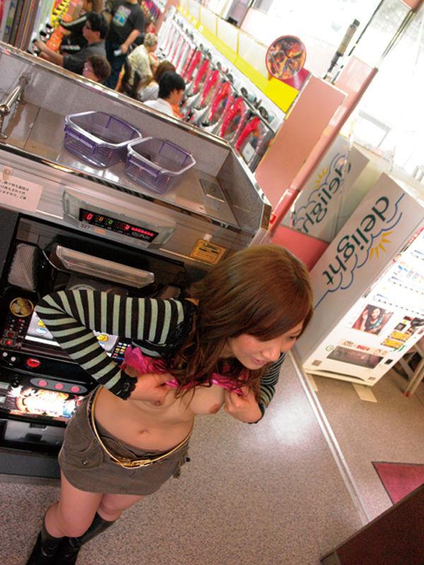 【野外露出エロ画像】自動販売機の前で!営業中のコンビニ店内で!ヤバ過ぎ! 03