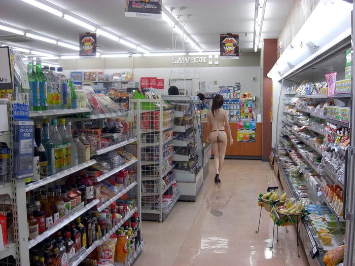 【野外露出エロ画像】自動販売機の前で!営業中のコンビニ店内で!ヤバ過ぎ! 06