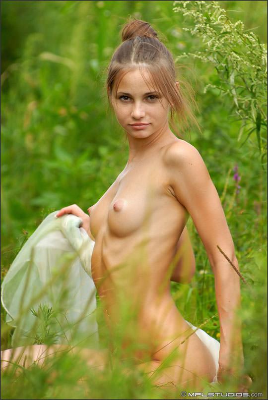 【金髪エロ画像】その雰囲気!まるで妖精のようなブロンドティーンのヌード画像 02