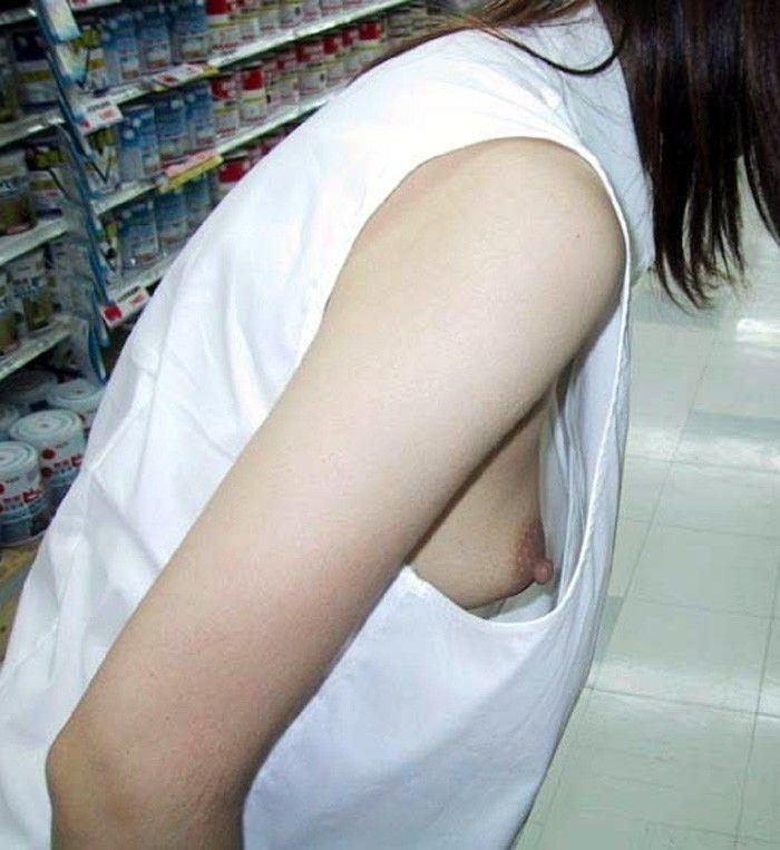 【胸チラエロ画像】おい!乳首まで見えてるぞ!っていう胸チラ画像! 17
