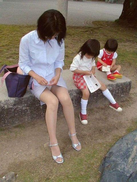 【子連れママエロ画像】子供にかまけて油断するからこういう事に…w 04