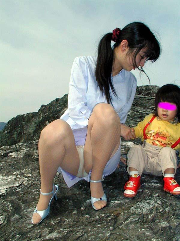 【子連れママエロ画像】子供にかまけて油断するからこういう事に…w 06