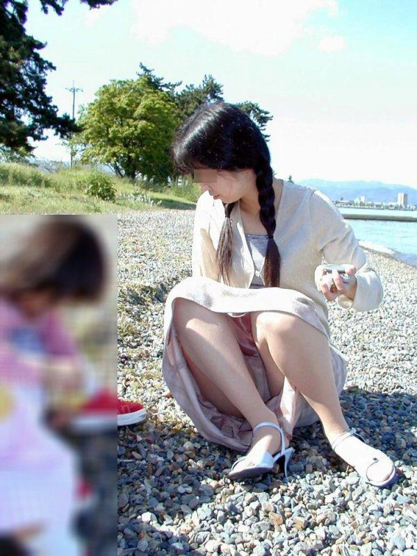 【子連れママエロ画像】子供にかまけて油断するからこういう事に…w 11