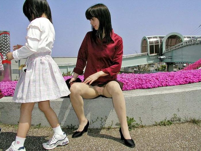 【子連れママエロ画像】子供にかまけて油断するからこういう事に…w 21