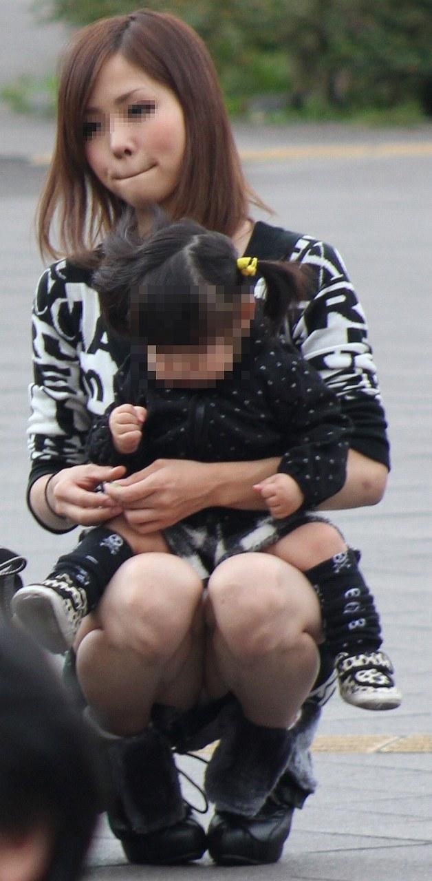 【子連れママエロ画像】子供にかまけて油断するからこういう事に…w 22