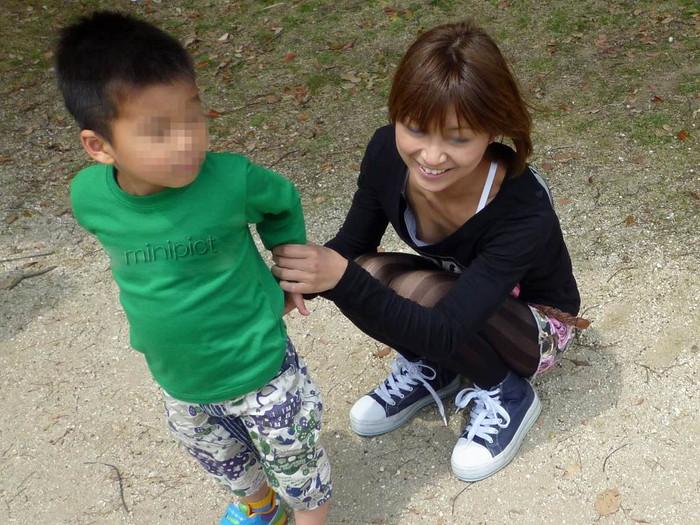【子連れママエロ画像】子供にかまけて油断するからこういう事に…w 23
