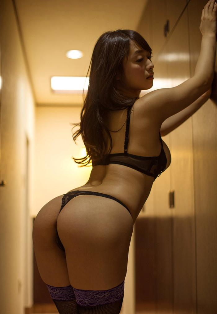 【Tバックエロ画像】男を欲情させる下着の決定版!Tバックパンティーのお尻! 14