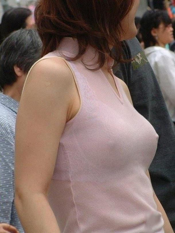 【乳首エロ画像】街中で洋服の上に浮き出したポッチ!思わず二度見してしまう!w 06