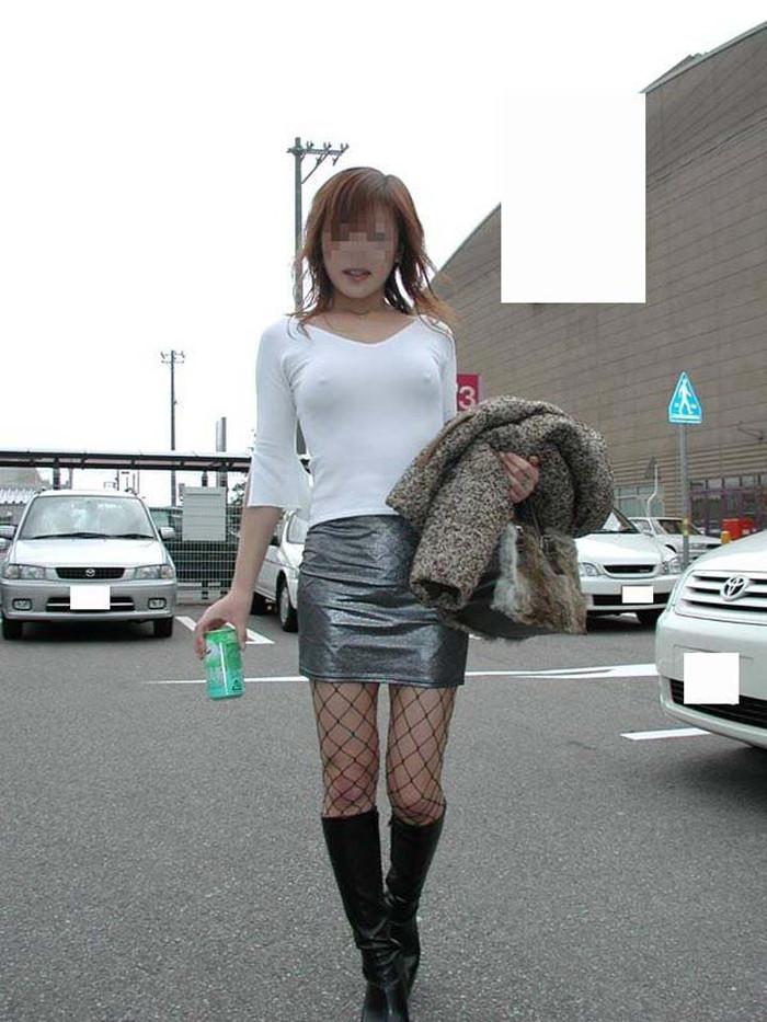 【乳首エロ画像】街中で洋服の上に浮き出したポッチ!思わず二度見してしまう!w 10