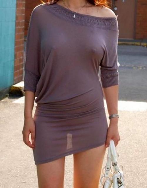【乳首エロ画像】街中で洋服の上に浮き出したポッチ!思わず二度見してしまう!w 22