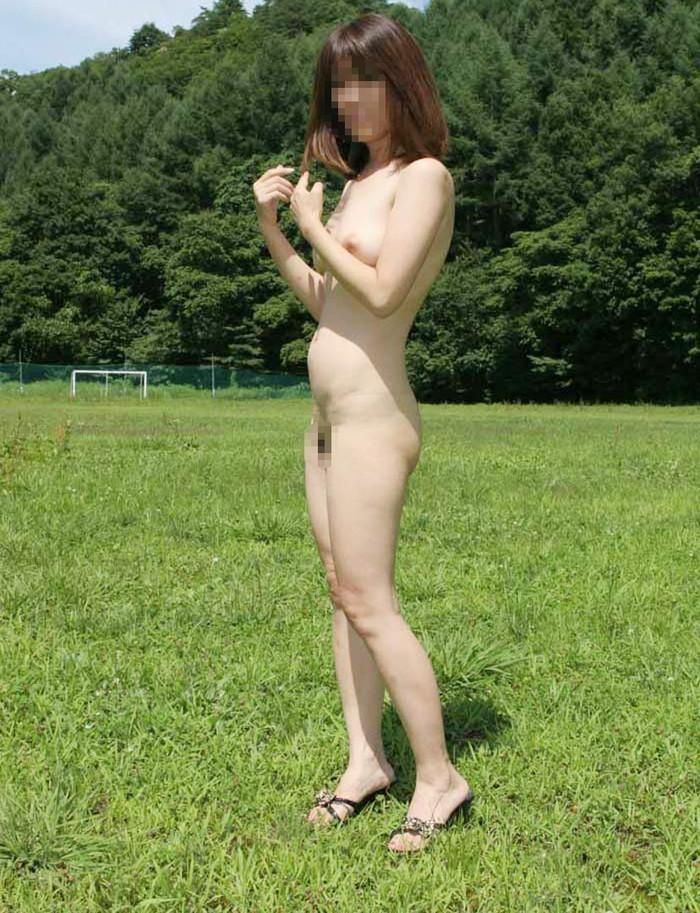【野外露出エロ画像】人に見られるリスクが高いほど、その股間はしっとり潤うw 17