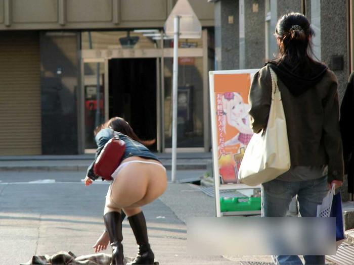 【野外露出エロ画像】人に見られるリスクが高いほど、その股間はしっとり潤うw 23