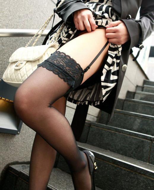 【ガーターエロ画像】ガーターに彩られ演出された女の子の下半身が色っぽすぎッ! 29