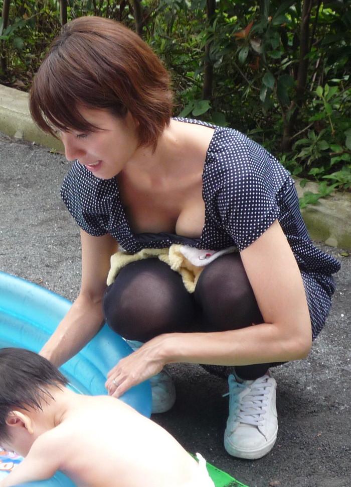 【胸チラエロ画像】素人娘から外国人まで取り揃えた胸チラ画像、総まとめ!?w 25