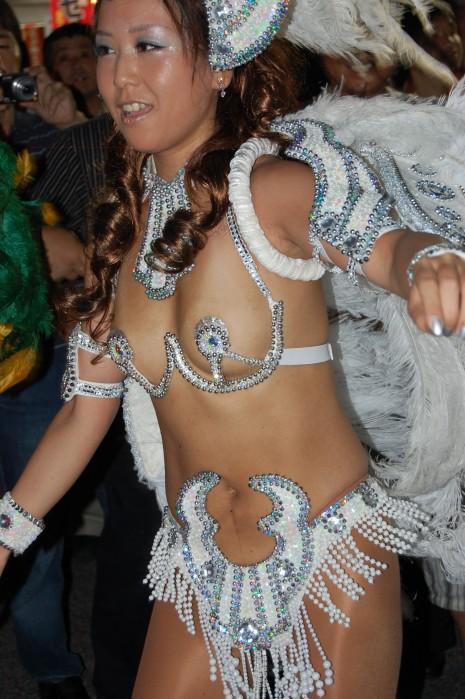 【サンバエロ画像】ほとんど下着!?過激衣装で踊るサンバの女の子たち! 01