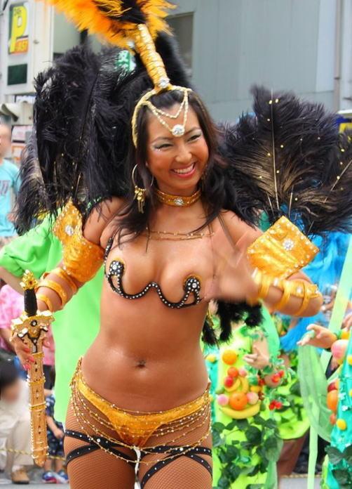 【サンバエロ画像】ほとんど下着!?過激衣装で踊るサンバの女の子たち! 02