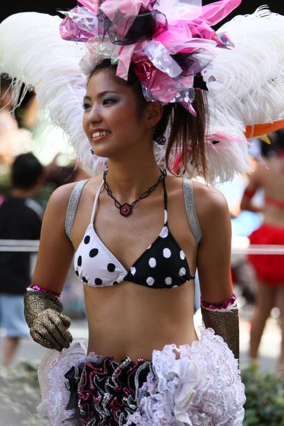 【サンバエロ画像】ほとんど下着!?過激衣装で踊るサンバの女の子たち! 03
