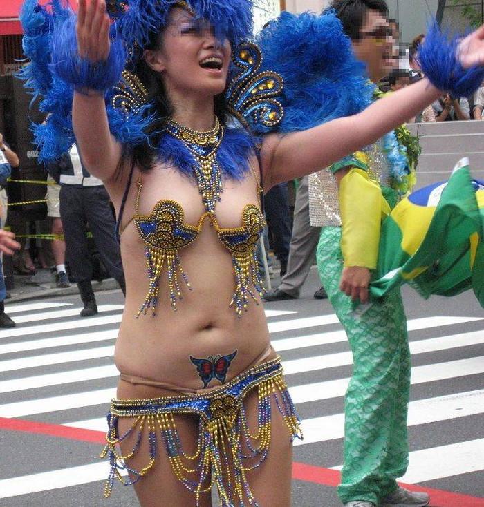 【サンバエロ画像】ほとんど下着!?過激衣装で踊るサンバの女の子たち! 05