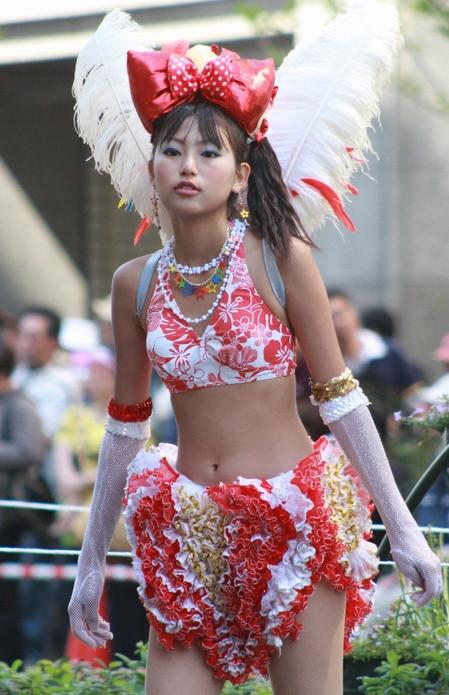 【サンバエロ画像】ほとんど下着!?過激衣装で踊るサンバの女の子たち! 06