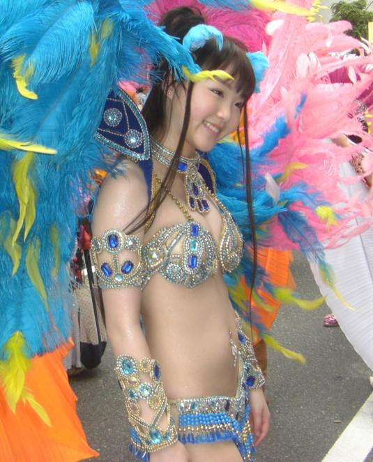 【サンバエロ画像】ほとんど下着!?過激衣装で踊るサンバの女の子たち! 07