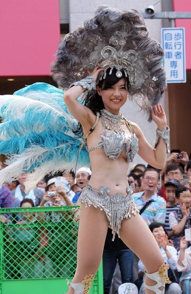 【サンバエロ画像】ほとんど下着!?過激衣装で踊るサンバの女の子たち! 08