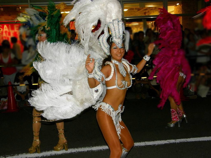 【サンバエロ画像】ほとんど下着!?過激衣装で踊るサンバの女の子たち! 09