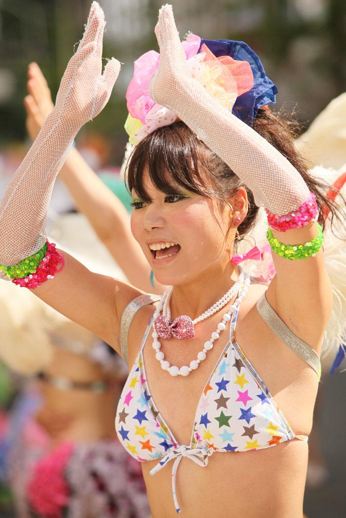 【サンバエロ画像】ほとんど下着!?過激衣装で踊るサンバの女の子たち! 10