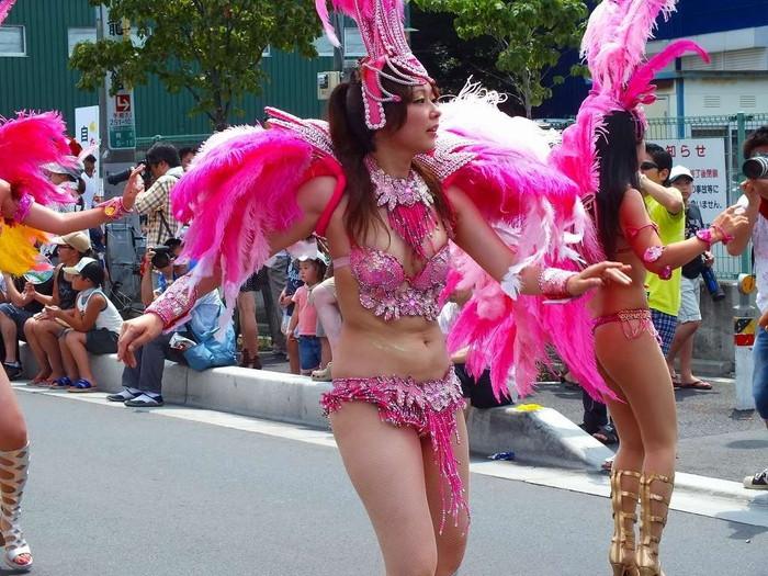【サンバエロ画像】ほとんど下着!?過激衣装で踊るサンバの女の子たち! 12