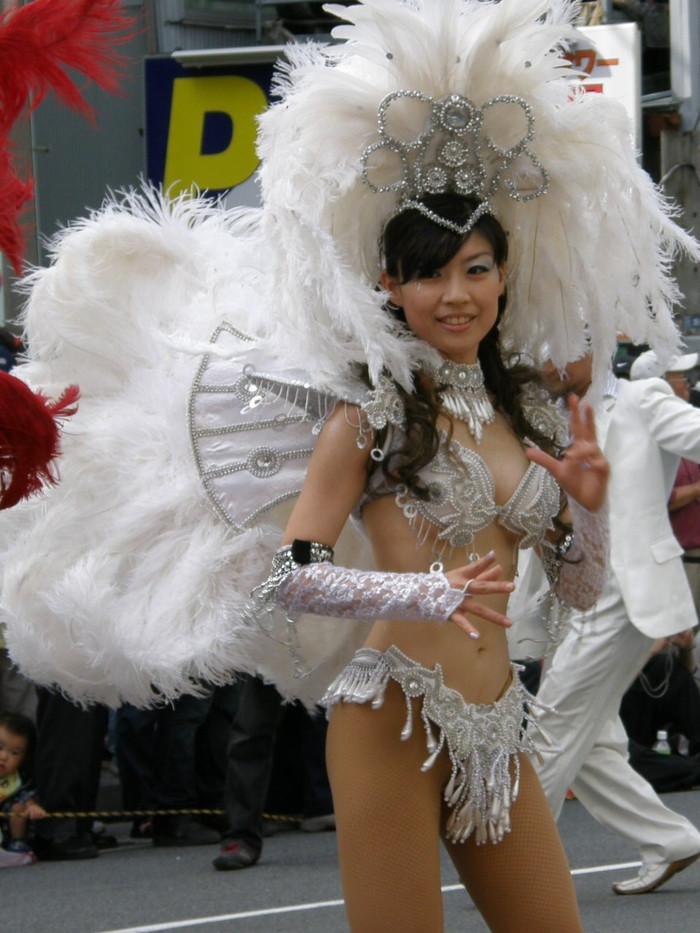 【サンバエロ画像】ほとんど下着!?過激衣装で踊るサンバの女の子たち! 13