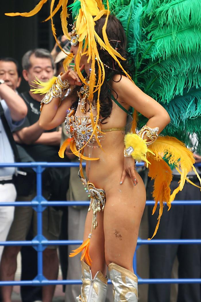 【サンバエロ画像】ほとんど下着!?過激衣装で踊るサンバの女の子たち! 17