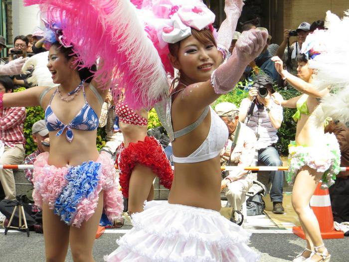 【サンバエロ画像】ほとんど下着!?過激衣装で踊るサンバの女の子たち! 25