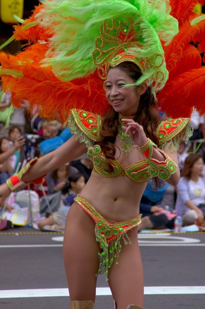 【サンバエロ画像】ほとんど下着!?過激衣装で踊るサンバの女の子たち! 27
