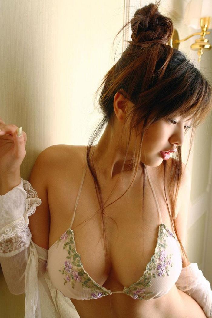 【巨乳エロ画像】存在感ありすぎる美巨乳から目が離せないぞ!?w 21
