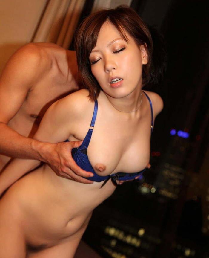 【セックスエロ画像】立ったまま後ろから挿れる!立ちバックに喘ぐ女たち! 11