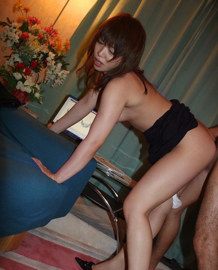 【セックスエロ画像】立ったまま後ろから挿れる!立ちバックに喘ぐ女たち! 21
