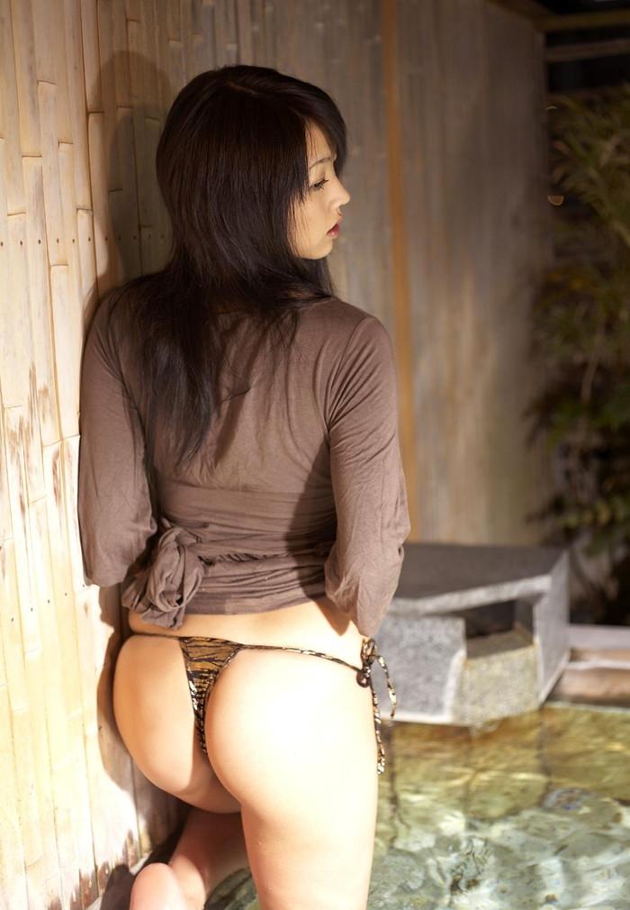 【紐パンエロ画像】方紐をスルリ…と解くだけで、大切なオマンコは丸見え!? 01