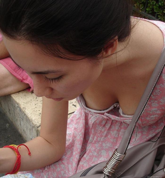 【胸チラエロ画像】街中でチラリ!ふっくらおっぱいみーつけた!乳首もあるよ? 02