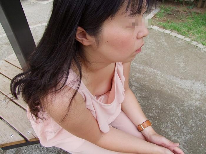 【胸チラエロ画像】街中でチラリ!ふっくらおっぱいみーつけた!乳首もあるよ? 10