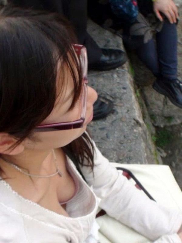 【胸チラエロ画像】街中でチラリ!ふっくらおっぱいみーつけた!乳首もあるよ? 21
