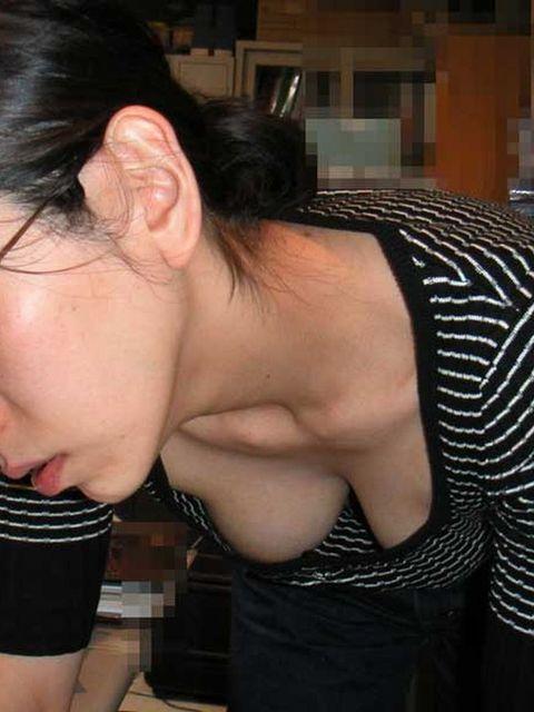 【胸チラエロ画像】街中でチラリ!ふっくらおっぱいみーつけた!乳首もあるよ? 31