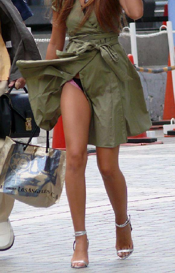 【パンチラエロ画像】偶然見えた街行く素人娘たちのパンチラ!幸せ~ッ♪ 07