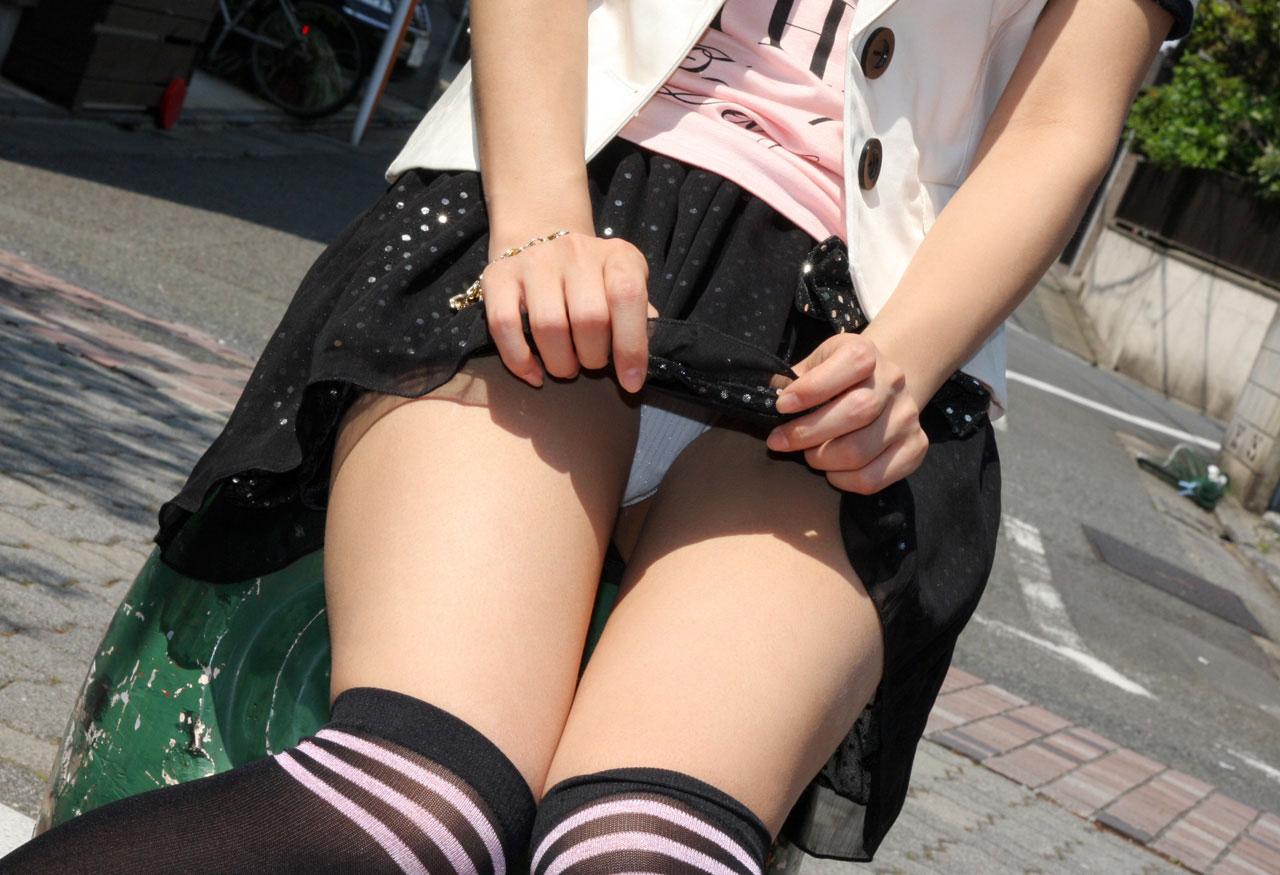 【スカート捲りエロ画像】女の子から自発的にスカート捲くって「見てもいいよ♪」